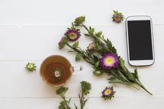 Mobiele telefoon en Kruiden gezonde dranken heet de cocktailwater van de citroenthee royalty-vrije stock afbeeldingen