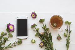 Mobiele telefoon en Kruiden gezonde dranken heet de cocktailwater van de citroenthee stock fotografie