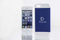 Mobiele telefoon en modieuze en leuke dekking Stock Afbeeldingen