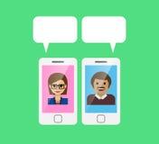 Mobiele telefoon en toespraakbel met babbelende mensen Stock Foto