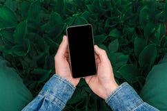 Mobiele telefoon in handen een jonge hipster bedrijfsmens Royalty-vrije Stock Foto