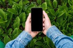 Mobiele telefoon in handen een jonge hipster bedrijfsmens Stock Fotografie
