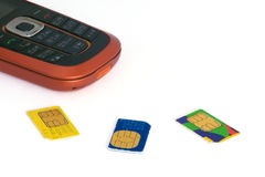 Mobiele telefoon met drie kaarten SIM Stock Foto's