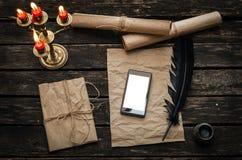 Mobiele telefoon met het lege scherm op de uitstekende achtergrond van de bureaulijst Royalty-vrije Stock Foto