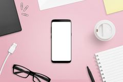 Mobiele telefoon met het scherm op roze, vrouwelijk bureau Stock Afbeelding