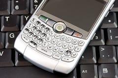 Mobiele telefoon met laptop achtergrond royalty-vrije stock afbeeldingen