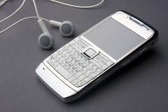 Mobiele telefoon met oortelefoons Stock Afbeeldingen
