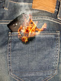 Mobiele telefoon op brand Stock Afbeelding
