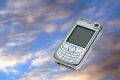 Mobiele telefoon op hemel Stock Afbeeldingen