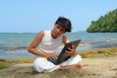 Mobiele telefoon op het strand. stock fotografie