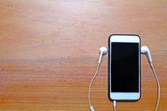 Mobiele telefoon op houten achtergrond royalty-vrije stock fotografie
