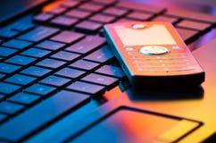 Mobiele telefoon op toetsenbord Stock Afbeelding