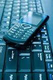 Mobiele telefoon over laptop toetsenbord. royalty-vrije stock afbeeldingen
