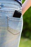 Mobiele telefoon in zak stock fotografie