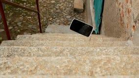 Mobiele telefoondalingen op de treden stock videobeelden