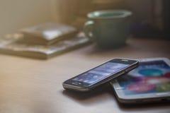 Mobiele telefoons op het bureau royalty-vrije stock afbeelding