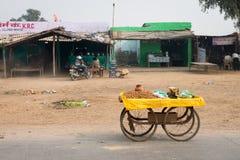 Mobiele teller met pinda's een voorzijde van de bars van de kant van de wegsnack, Cent Stock Foto