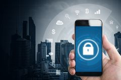 Mobiele toepassing en het online veiligheidssysteem van Internet Hand die mobiele slimme telefoon met slot en toepassingspictogra royalty-vrije stock foto