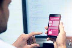 Mobiele toepassingsontwikkeling - programmeur met smartphone royalty-vrije stock fotografie