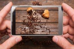 Mobiele voedselfotografie Telefoon in handen Stock Fotografie