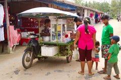 Mobiele voedselwinkel op de markt in LAK Khao Stock Afbeelding