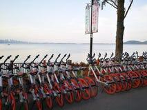 mobike dans l'entrée de la manière est de vert de lac à Wuhan Photos stock