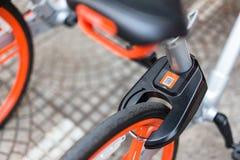Mobike monta en bicicleta, bicicleta pública parqueada en el área pública para los touris fotografía de archivo