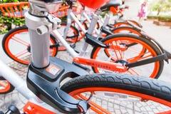 Mobikefietsen, Openbare die fiets op openbaar gebied voor touris wordt geparkeerd royalty-vrije stock afbeelding