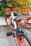 Mobikefietsen, Openbare die fiets op openbaar gebied voor touris wordt geparkeerd stock afbeeldingen