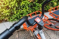 Mobikefietsen, Openbare die fiets op openbaar gebied voor touris wordt geparkeerd stock foto