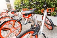Mobikefietsen, Openbare die fiets op openbaar gebied voor touris wordt geparkeerd royalty-vrije stock foto's