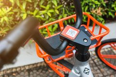 Mobikefietsen, Openbare die fiets op openbaar gebied voor touris wordt geparkeerd royalty-vrije stock afbeeldingen