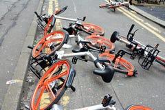 Mobikes在路, 2018年4月8日倾销了在曼城铈 库存照片