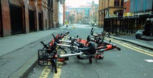 Mobikes dumpte in de weg, 8 April 2018 in de stadsce van Manchester Stock Afbeeldingen