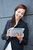 Mobil affärskvinna med tableten royaltyfria foton