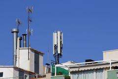 Mobil antenn i en byggnad Arkivfoton