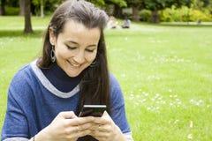 mobil användande kvinna Royaltyfri Foto