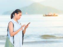 mobil användande kvinna för strand Arkivbilder