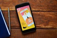 Mobil applikation som ska sökas för information på internet arkivfoton