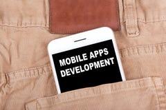 Mobil Apps utveckling Smartphone i jeansfack Teknologiaffärsbakgrund Fotografering för Bildbyråer