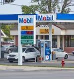 Mobil bensinstation med bensinpriser Arkivbild