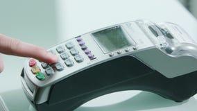 Mobil betalning med en kreditkort stock video