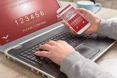 Mobil betalning med smartphone Arkivfoto