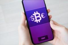 Mobil bitcoinplånbokbetalning Cryptocurrency digitalt pengarbegrepp på den faktiska skärmen arkivfoto