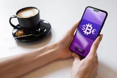 Mobil bitcoinpl?nbokbetalning Cryptocurrency digitalt pengarbegrepp p? den faktiska sk?rmen royaltyfri bild
