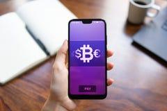 Mobil bitcoinpl?nbokbetalning Cryptocurrency digitalt pengarbegrepp p? den faktiska sk?rmen arkivbild