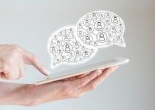 Mobil digital minnestavladator i manhänder med fingret som pekar, medan bläddra ett socialt nätverk Arkivbilder