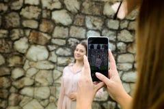 mobil fotografi Stående av härliga söta flickor med smartphonen Begrepp - Modernt och populärt fotografi royaltyfri fotografi