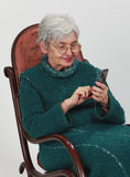 mobil gammal telefonkvinna Royaltyfri Foto