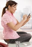 mobil kontorstelefon genom att använda arbetaren Arkivbild